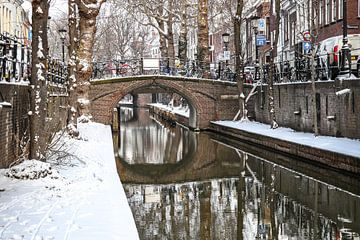 Sneeuw op de kade van de Nieuwe Gracht en Magdalenabrug in Utrecht van