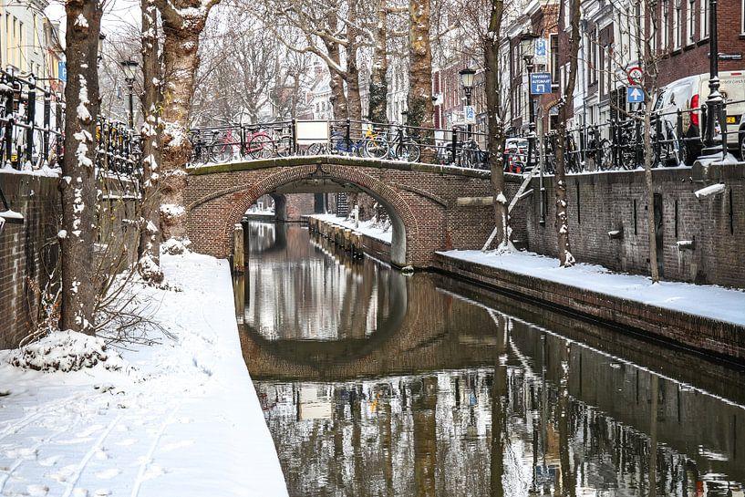 Sneeuw op de kade van de Nieuwe Gracht en Magdalenabrug in Utrecht van Arthur Puls Photography