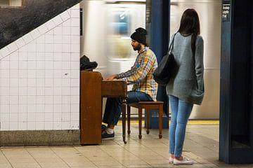 Pianospeler in New Yorkse metrostation van Diewerke Ponsen