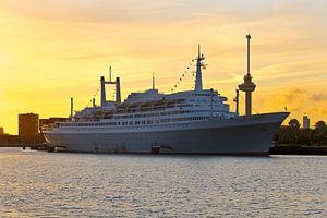 SS Rotterdam tijdens zonsondergang