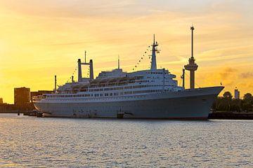 SS Rotterdam au coucher du soleil sur