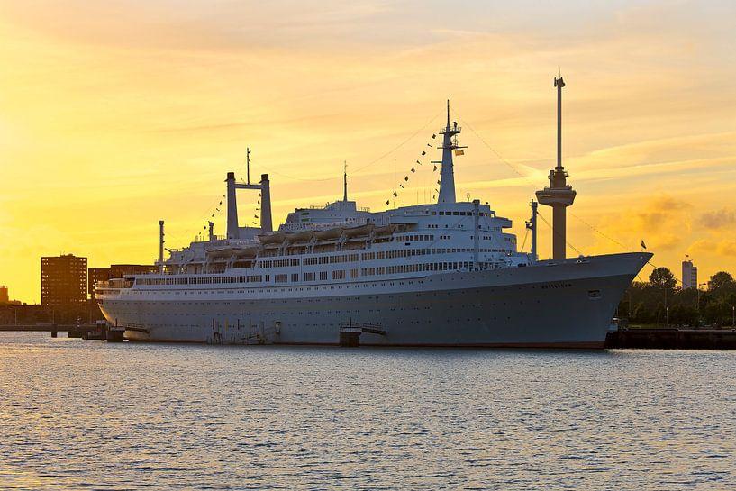 SS Rotterdam tijdens zonsondergang van Anton de Zeeuw