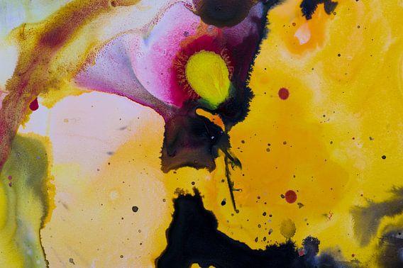 Macrofoto van Acryl Pouring Geel zwart van Edith Lüthi