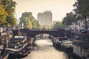 Groningen, Boteringediep | Twee mensen steken de brug over van Hessel de Jong