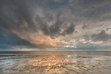 Couleurs du soir sur la mer des Wadden à marée basse, près de la ville frisonne de Harlingen.