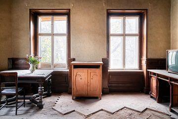 Salon en bois abandonné. sur Roman Robroek