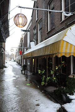 Delft Kerkstraat doorkijkje in de sneeuw van Mariska van Vondelen