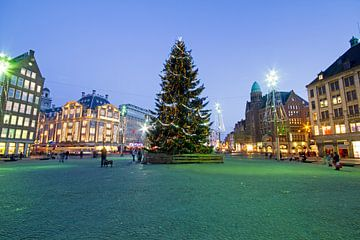 Kerstsfeer op het Damplein in Amsterdam Nederland bij avond van