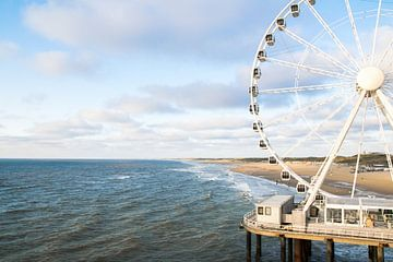 Riesenrad am Strand Scheveningen auf der Mole am Meer von Wendy Klunder