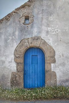 Rustikale blaue Tür (Bretagne) von Marja Verbaan