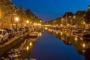 De grachten van Leiden in de avond van