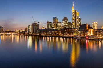 Blick auf die Skyline von Frankfurt vom Eisernen Steg van Christian Müringer