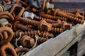 grote roestige schroeven in een houten kist, geselecteerde focus, smalle scherptediepte van Maren Winter