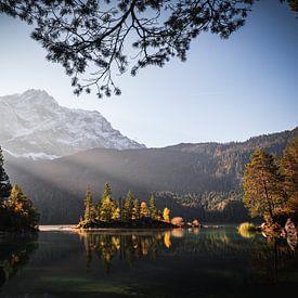Foto Eibsee in der Gemeinde Grainau mit Wettersteingebirge, Wald und der Zugspitze bei Sonnenunterga von Thilo Wagner