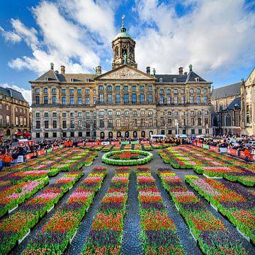 Palast auf dem Dam-Platz in Amsterdam zu Beginn der Tulpensaison von Frans Lemmens