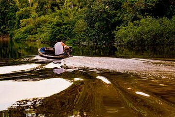 Cruisen over de Amazone rivier van John Ozguc