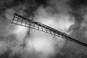 Windmolen in zwart-wit, donkere wolken lucht van Margreet van Tricht