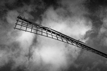 Moulin à vent en noir et blanc, ciel de nuages sombres