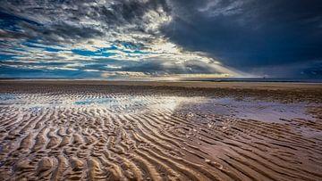 sporen op een verlaten Noordzeestrand van eric van der eijk
