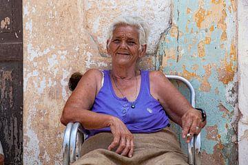 Femme cubaine à l'air heureux