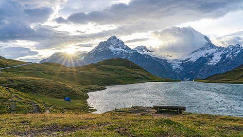 Zonsopkomst met tentje bij Bachalpsee in Zwitserland