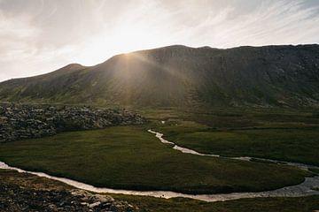 Die Sonne hinter den Bergen | Isländische Landschaft von Floor Bogaerts
