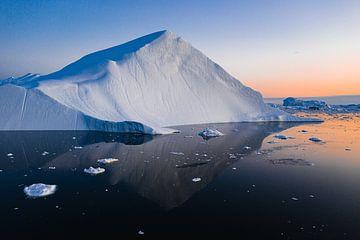 Piramide van ijs bij zonsondergang in Groenland