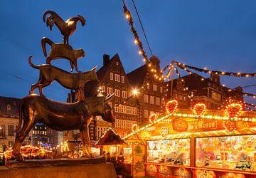 De Bremer stadsmuzikanten en kerstmarkt met marktplaats - Westside en Obernstra�e in Abendd�mmerung, van Torsten Krüger