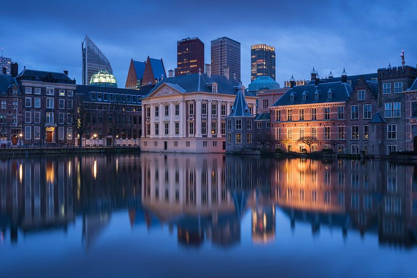 Hofvijver in Den Haag tijdens het blauwe uurtje van Raoul Baart