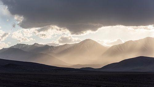 Zon, bergen, licht en regen van Daan Kloeg