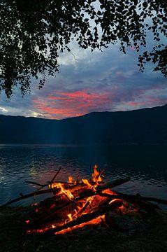 Lagerfeuer am Ufer des Sognefjords in Norwegen im Sommer von Sjoerd van der Wal