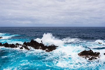 Waves and rocks in Porto Moniz on the island Madeira, Portugal van Rico Ködder
