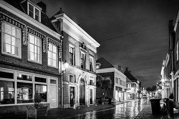 Die Waag in IJsselstein bei Nacht in schwarz-weiß von Tony Buijse