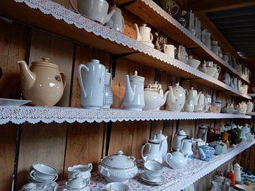 verzameling theepotten en servies van Joke te Grotenhuis