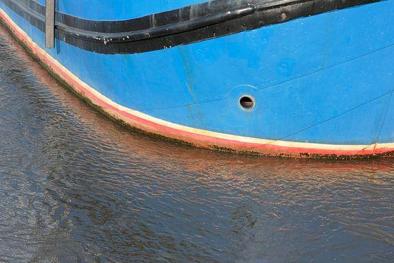 Reflectie van een boot in de zee