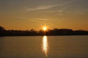 Oranjekleurige zonsondergang recreatiegebied van