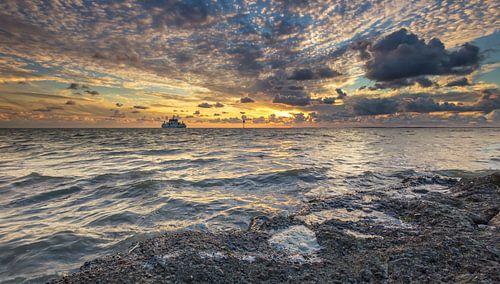Boot naar Ameland tijdens zonsondergang