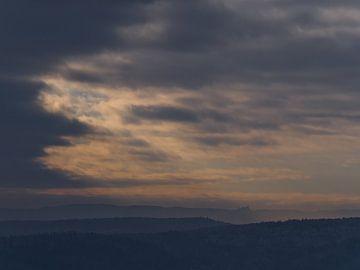 Schets van het kasteel Hohenzollern tussen de heuvels van de Schwäbische Alb met opklarende hemel van Timon Schneider