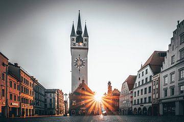 Straubing mit Stadtturm und Sonnenstrahlen