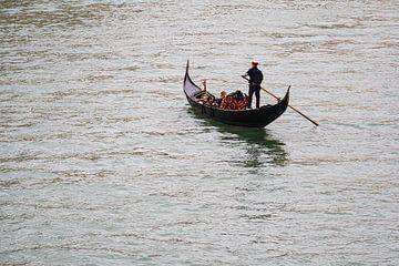 Gondelbaan naar het Canal Grande in Venetië, Italië van Rico Ködder