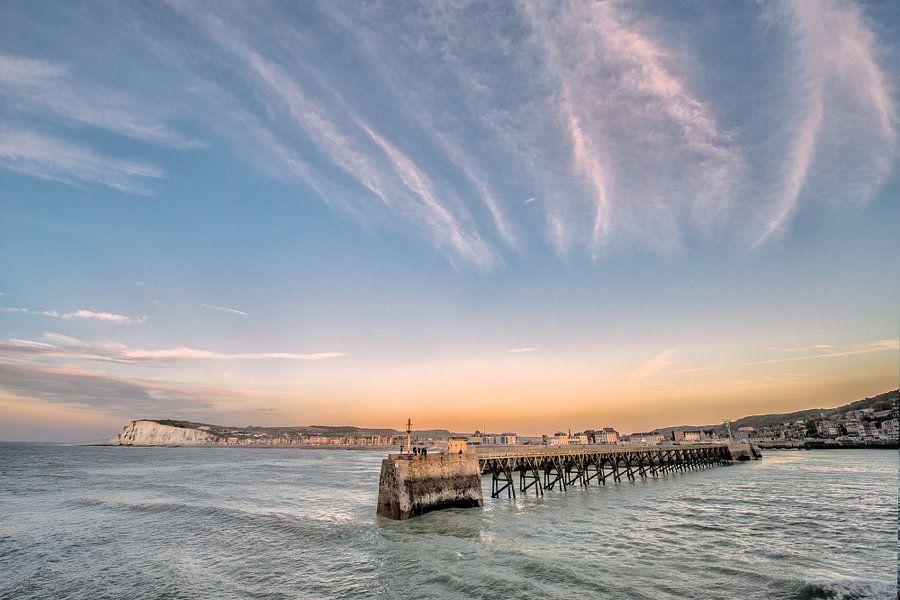 De pier van Le Tréport, Normandië-Frankrijk in het avondlicht. van Harrie Muis