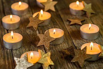 Advent en Kerstmis kaars vlammen met gouden ster decoratie van Alex Winter