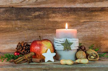 Kersttijd, sierlijke kaars en voedsel decoratie van Alex Winter