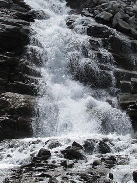 Waterval in de bergen von Pieter Korstanje