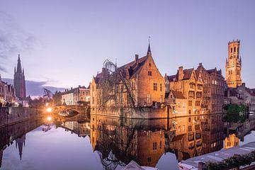Blaue Stunde am Rozenhoedkaai: Der berühmteste Platz von Brügge von Daan Duvillier