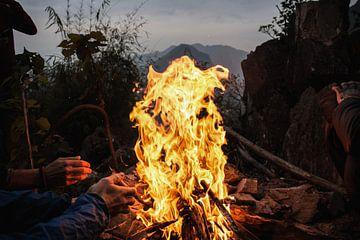 Lagerfeuer auf dem Berggipfel bei Sonnenaufgang von Anne Zwagers
