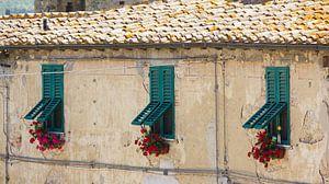 Vrolijke luiken voor de ramen in Monteriggione van