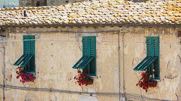 Vrolijke luiken voor de ramen in Monteriggione van Ed de Cock