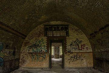 Bogen in verlassener Festung von Ans Bastiaanssen