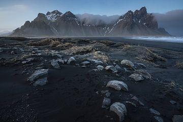 Das Vestrahorn-Gebirge, das bei Sonnenuntergang vom Strand in Stocksness im südöstlichen Teil Island von Anges van der Logt